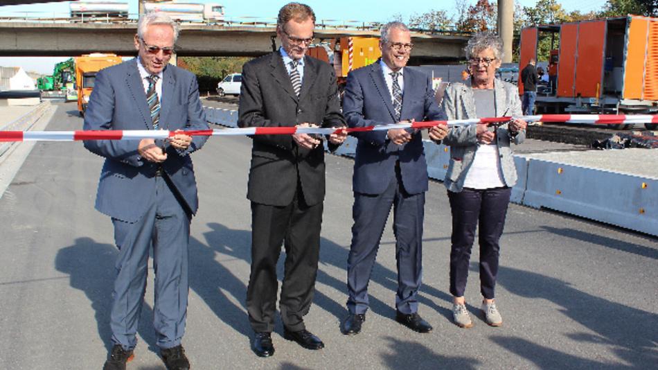 Stefan Strick, Dr. Hendrik Schulte, Christian Weibrecht und Elfriede Sauerwein-Braksiek (von links nach rechts) bei der Streckenfreigabe für den Einsatz der Messfahrzeuge.