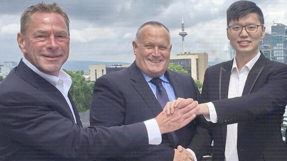 (v.l.): Bernd Förster (Executive President SE Spezial-Electronic), Rolf Aschhoff (Geschäftsführer Mornsun Power) und Tiger Li (Geschäftsführer Mornsun Power)