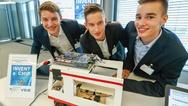 Die Invent-a-Chip-Preisträger Tilmann Bruns, Fabian Eich und Justus Kaufmann mit ihrer entwickelten innovativen Krankenliege
