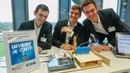 Die Invent-a-Chip-Preisträger Alexander Zimmer, Julian Liphardt und Philipp Deuster mit ihrer entwickelten intelligenten Autotür