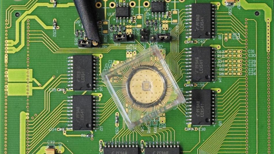 Das Phase-Change-Material der PCMs besteht aus einer Schicht Germanium-Antimon-Tellurid, die zwischen zwei Elektroden angeordnet ist.