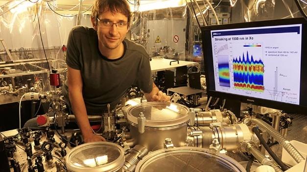 Thomas Gaumnitz, Postdoktorand in der Gruppe von ETH-Professor Hans Jakob Wörner, mit der Apparatur, die die kürzesten Laserpulse der Welt erzeugt.