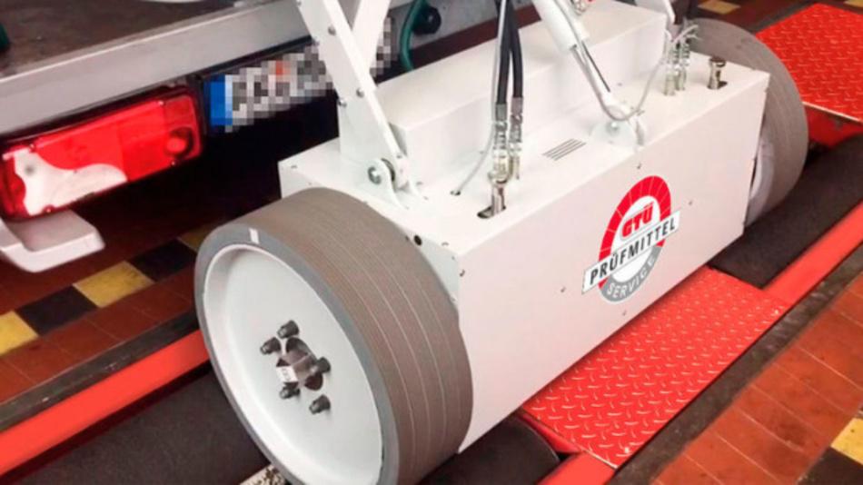 Die Kalibrierung basiert auf einer dynamisch betriebenen Kalibrierachse, die Bremskräfte an dem Rollenbremsprüfstand überprüft.