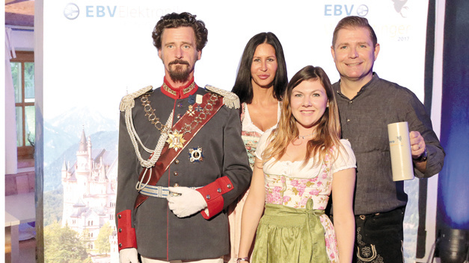 Royale Untersützung bekam das Wolpertinger- Organisations-Team (v.l.n.r.) Simone Strohmeier  (Communications, EBV), Anke Christ (TK, Graphic Designer), Bernd Schlemmer, (VP Communications, EBV),  von seiner Majestät, König Ludwig II. von Bayern.