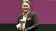 Sony-Geschäftsführer Kazuo Hirai mit der neuen Verison des Roboterhundes Aibo