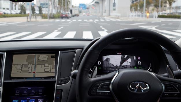 Der Nissan Versuchsträger fährt dank künstlicher Intelligenz autonom auf Tokios Straßen.