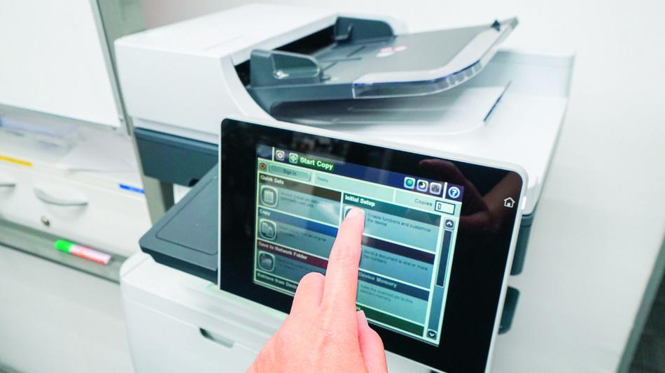Ein typischer Büro-Fotokopierer mit komfortabler grafischer Bedienschnittstelle.