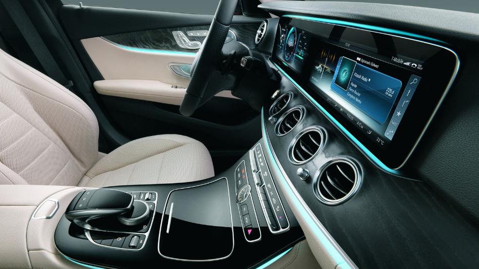"""Im Automobil sind die mechanischen Bedienelemente einem Touch-Display mit hochauflösendem Grafik-Design gewichen. Instrumententafel und Infotainment-Bedienung geschehen in der E-Klasse über eine Doppelanzeige aus zwei 12,3""""-Displays."""