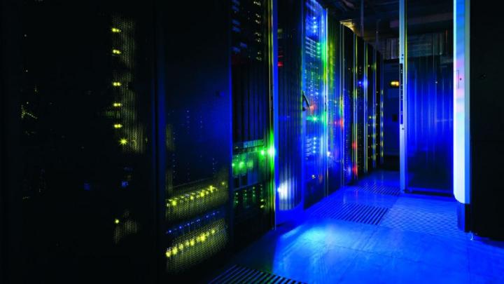 In Rechenzentren stehen zahlreiche Schaltschränke voller Elektronik