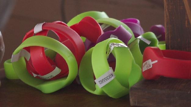 Wie Festival-Armbänder sehen die Wearable-Ultrakondensatoren aus, die Forscher der Brunel University entwickelt haben.