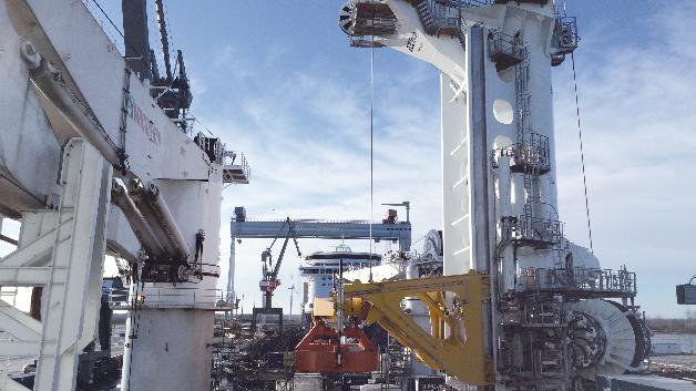 Der Tower Crane ist für eine Bewegung von 180° ausgelegt und muss extremen Seebedingungen standhalten