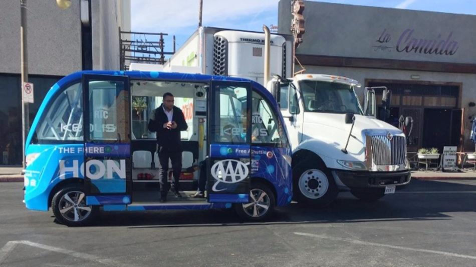 Autonom fahrender Roboter-Bus kollidiert mit Lkw