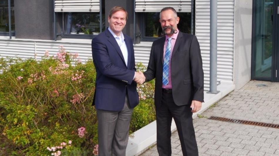 Hr. Stucki von TE Connectivity (links) und Hr. Börsig freuen sich über die Vertiefung der Partnerschaft.