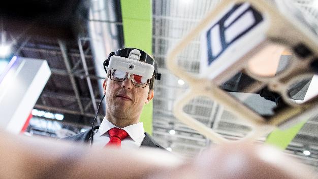 Ein Mitarbeiter der Fraunhofer-Gesellschaft testet eine AR-Brille, die Ärzten bei Tumoroperationen helfen soll.