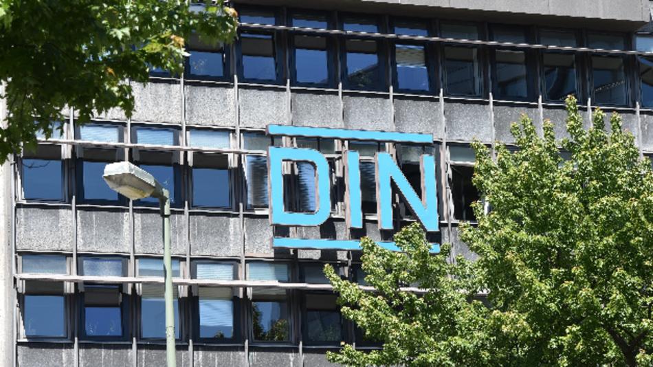 Am Sitz des Deutschen Institutes für Normung in Berlin ist der Schriftzug und das Logo «DIN» für die DIN-Norm zu sehen.