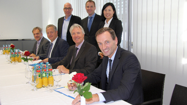 v.l.n.r.: Werner Minich (Director of Corporate Procurement Electronic  Components, Rohde & Schwarz); Thomas Reisinger (Vice President Sales DACH, Arrow Components); Markus Bullinger (Regional Sales Director, Arrow Intelligent Systems); Peter Schlindwein (Vice President Corporate Procurement, Rohde & Schwarz); Jens Möckel (Strategic Purchasing Electronic Components, Rohde & Schwarz); Won-Young Weinbuch (Director of Corporate Procurement Assemblies & Instruments); Martin Bielesch (President Arrow EMEA Components)