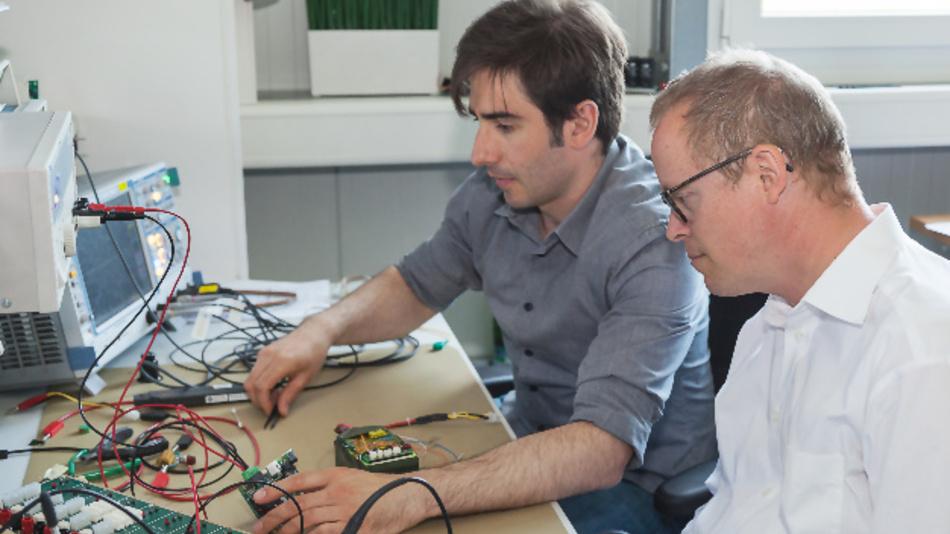 Apostolos Baltos, Entwicklungsingenieur bei Bicker Elektronik, und Redakteur Ralf Higgelke (rechts) bei der Demonstration der Eigenschaften einer UPSi-xxxx.
