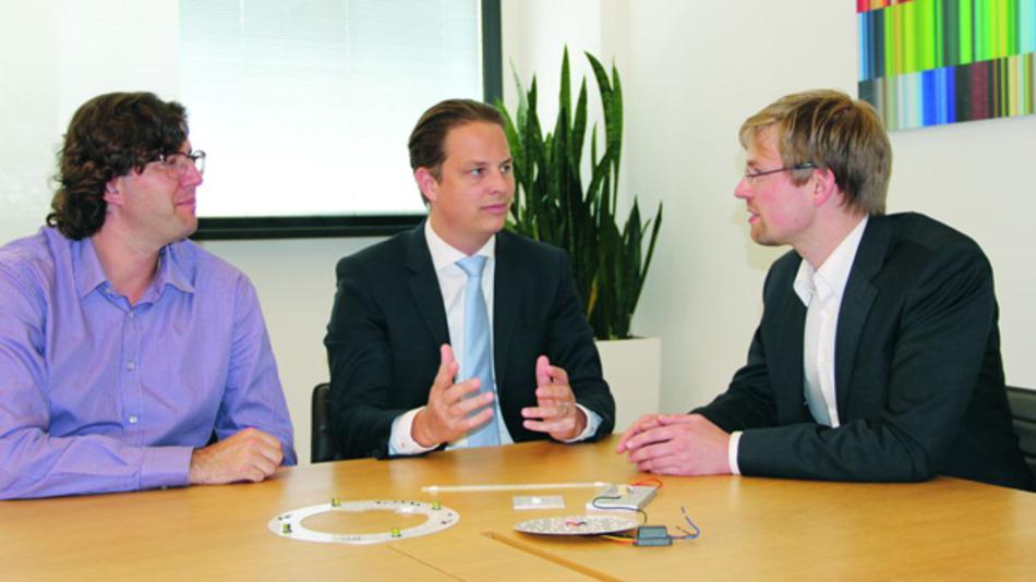 Marc Juarez (links) und Andreas Weisl (Mitte) im Gespräch mit Elektronik-Redakteur Markus Haller über neue Möglichkeiten der LED-Gehäuseherstellung.