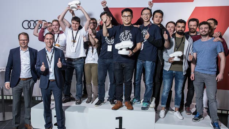 Audi Autonomous Driving Cup 2017: Peter Mertens, Vorstand für Technische Entwicklung (links) mit den Gewinnern-Teams.