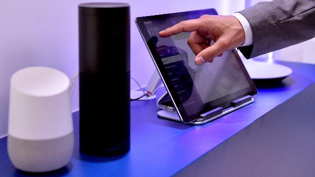 Die Lautsprecher Google Assistant und Amazon Echo – Alexa Voice Service.