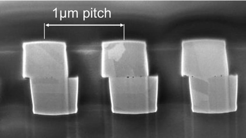 Querschnitt der 1 µm Pitch Kupfer-Kontakte auf einem 300 mm Waferpaar Das Foto wurde an einem Focused Ion Beam Scanning Electron Microscope (FIB-SEM) aufgenommen