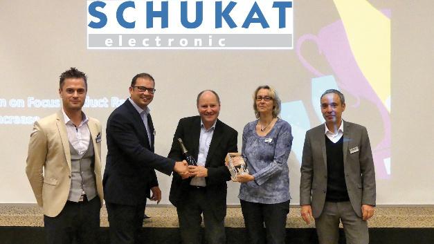 (Quelle: Panasonic/Schukat): Silvio Ganzer, Panasonic (2. v. l.), Bert Schukat, GF (Mi.), Annette Landschoof, Schukat (2. v. r.)