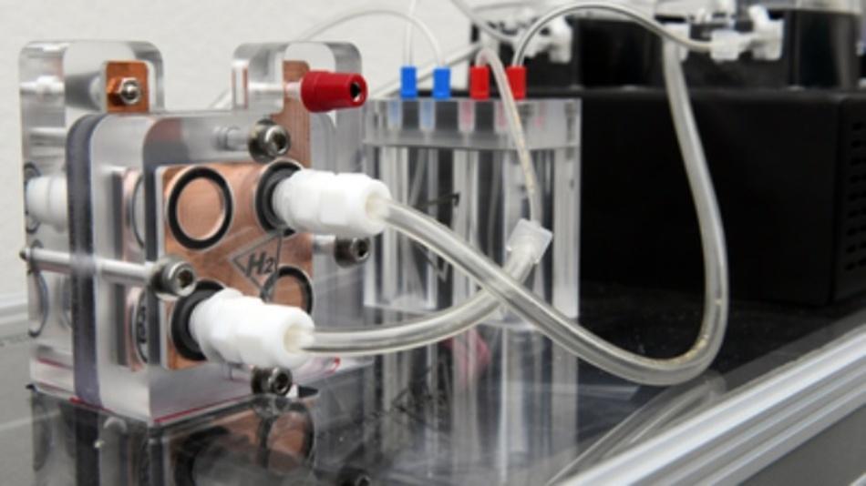 Funktionsmodell der weltweit größten Batterie des Energieunternehmens EWE. Dabei kommt das bekannte Prinzip der Redox-Flow-Batterie zur Anwendung, jedoch mit neuen, nachhaltigen Stoffen. Zudem soll das Prinzip in unterirdischen Salzkavernen umgesetzt werden.