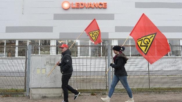 Proteste vor dem Augsburger Werk des Lampenherstellers Ledvance
