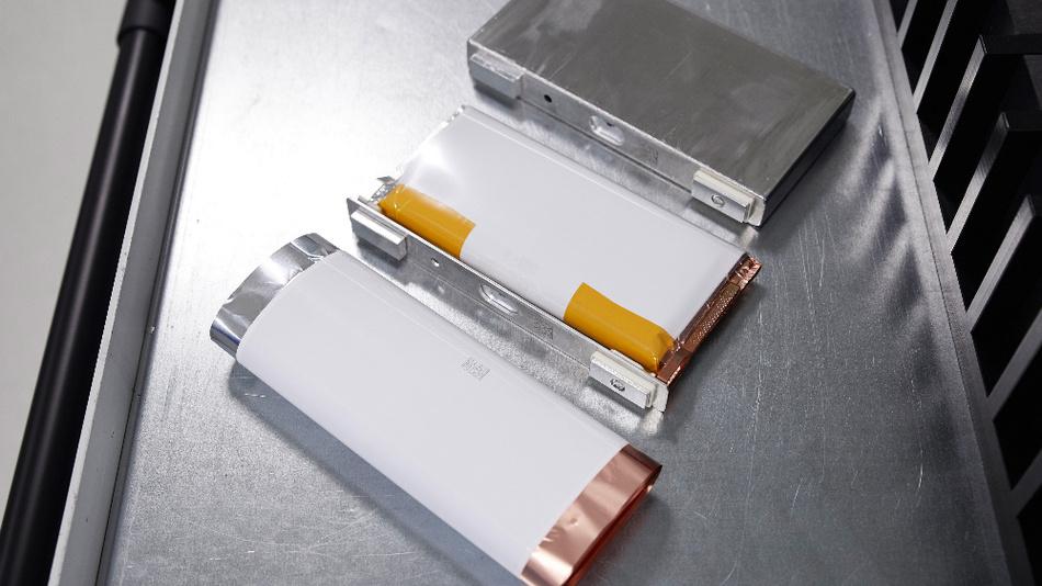 Produktion von Batteriezell-Prototypen zur Weiterentwicklung von Zellchemie, Zelldesign und Build-to-Print-Kompetenz.
