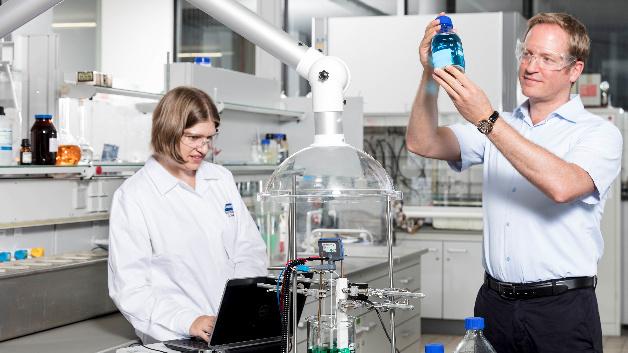 Bei der Arbeit im Labor: Dr. Sandra Meinhard und Prof. Dr. Timo Sörgel von der Hochschule Aalen.