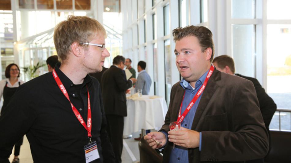 Ralf Dumler, NovionX (rechts), im Gespräch mit Dr. Stephan Holtrup von PinkRF  »Die reine Analysezeit reduziert sich von 90 auf 15 Minuten und das System ist portabel, also nicht an ein Labor gebunden, so dass die Anwender nicht Tage auf die Analyse warten müssen.«