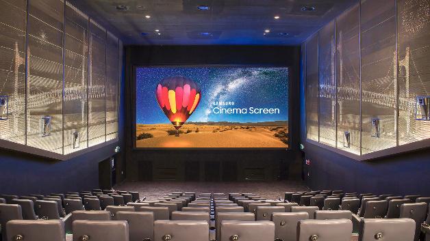 Das Lotte Cinema in Busan (Korea) weihte 2017 eine 10,3 Meter LED-Kinoleinwand von Samsung mit 4K-Auflösung ein. Dieselbe Technik soll auch im Mikro-LED-Fernseher der Südkoreaner genutzt werden.