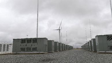 Das Gelände der Station der 129 Megawatt Lithium-Ionen-Batterie der Firma Tesla