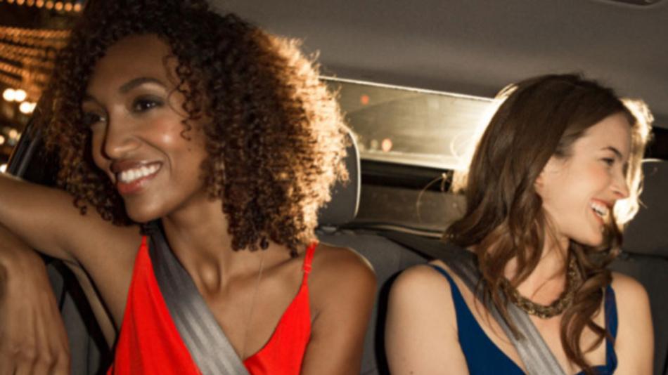 Das war einmal: Glückliche Fahrgäste, die gerne die Uber-Dienste in Anspruch nehmen. Jezt will das Unternehmen sein Image aufpolieren.