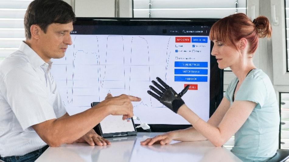 EIne »fühlende« Handprothese, die individuell auf den Träger angepasst ist - damit können Patienten zurück in einen normalen Alltag finden.