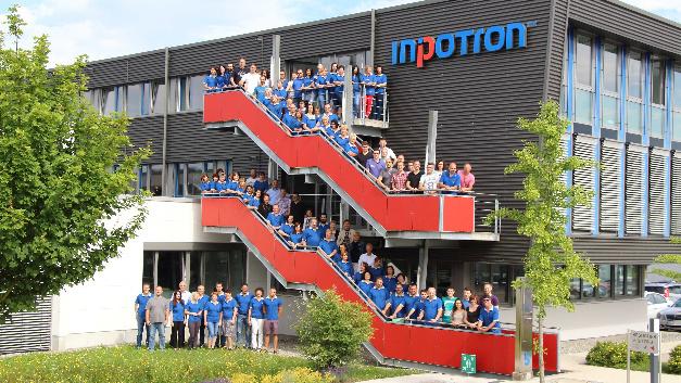 Die versammelte Belegschaft von Inpotron vor dem Firmengebäude in Hilzingen.