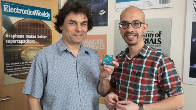 Richard Kaner (li.) und Maher El-Kady (re.) mit einer Nachbildung des neuen Geräts, mit dem sich Energie kostengünstig und effizient erzeugen und speichern lässt.