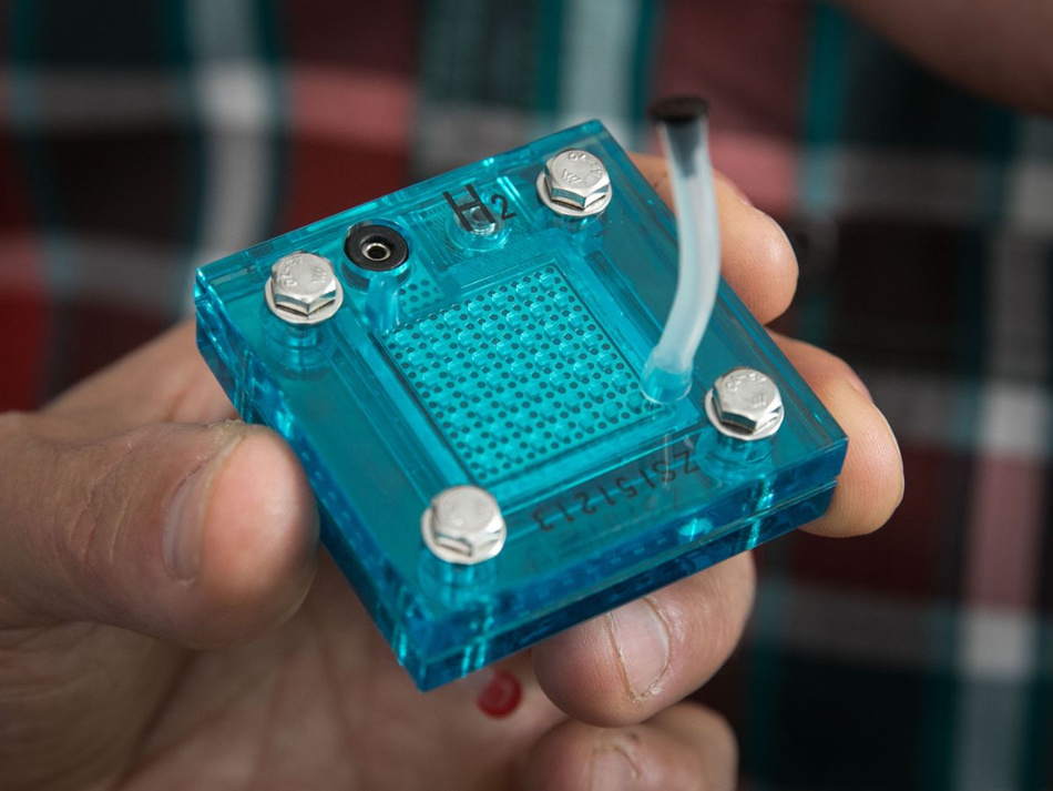 Eine Nachbildung des Geräts, das sowohl als Superkondensator als auch als Elektrolyseur arbeiten kann.