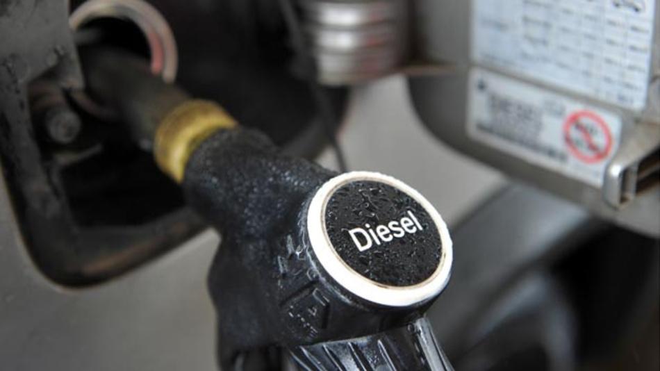 Dank Subventionierung ist der Dieselkraftstoff an der Tankstelle deutlich günstiger als Benzin.
