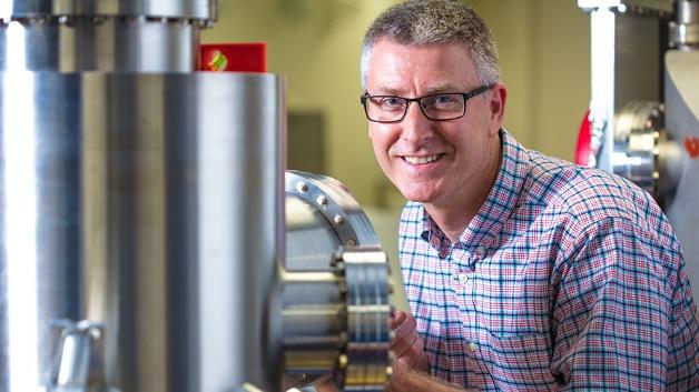 Physikprofessor Paul Thibado von der Universität von Arkansas hat winzige Motoren mit Graphenantrieb entwickelt, die bei Raumtemperatur laufen können.