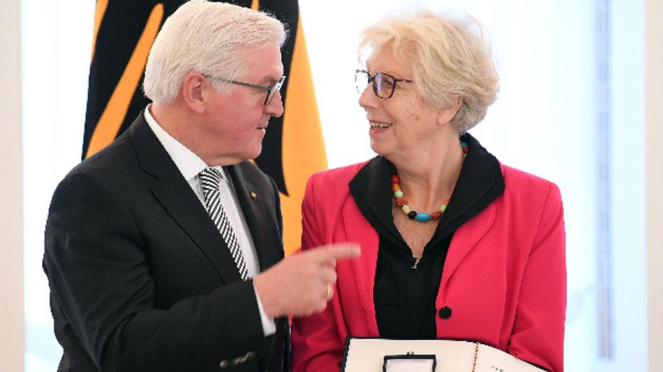 Bundespräsident Frank-Walter Frank-Walter Steinmeier hat Jutta Saatweber zum Tag des Ehrenamtes den Verdienstorden am Bande verliehen.