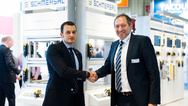 Die Schmersal-Gruppe und Satech Safety Technology sind eine weltweite Vertriebspartnerschaft eingegangen: Xavier Garcia, CEO von Satech Safety Technology (links), und Oscar Arias, Chief Sales Officer der Schmersal-Gruppe.