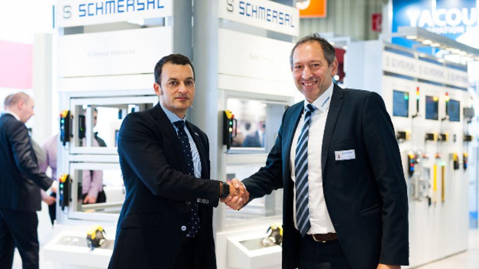 Die Schmersal-Gruppe und Satech Safety Technology sind eine weltweite Vertriebspartnerschaft eingegangen: Xavier Garcia, CEO von Satech Safety Technology (links), und Oscar Arias, Chief Sales Officer der Schmersal-Gruppe.