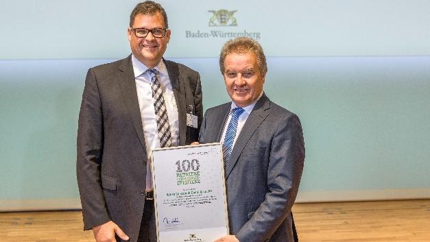 """Franz Untersteller übergibt den Award """"100 Betriebe für Ressour-ceneffizienz an Daniel Klein, Geschäftsführer Würth Elektronik (im Bild links)"""