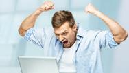 Mann wütend vor Laptop