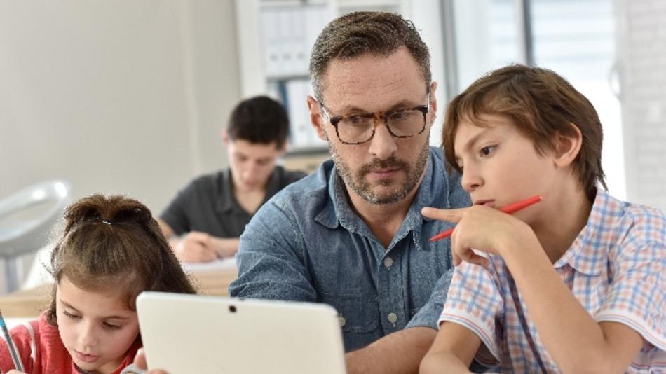 Im Team und mit gut ausgebildeten Lehrern können Schülerinnen und Schüler von digitalen Lernangeboten profitieren.