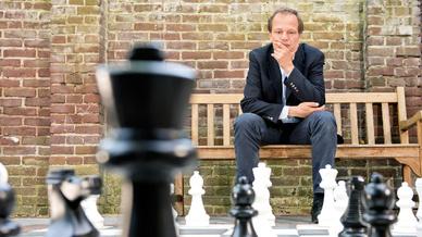 Schach Mann denkend