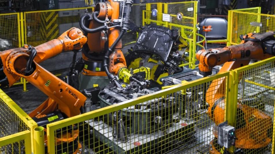 Industrieroboter benötigen heute noch dicke Kabelstränge. Infineon hat sich ein System überlegt, das die vielen Kabel durch wenige Gleichstromkabel ersetzt.