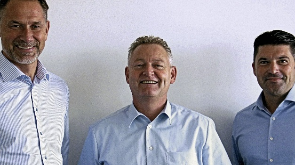 Klaus Maier, Vice President Sales bei AMS Technologies, wird flankiert von Oliver Schabel, Regional SalesDirector Central Europe (rechts) und Anders Wenell, Regional Sales Director Nordics (links)