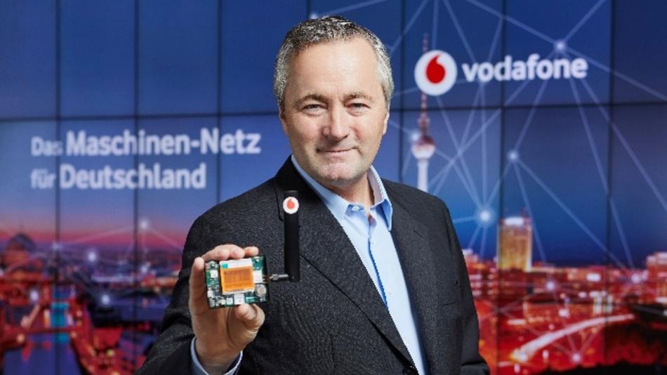 Hannes Ametsreiter, CEO Vodafone Deutschland, mit einem Multi-Sensor für das Maschinen-Netz. Dieser bringt Gegenstände und Maschinen in das Internet der Dinge.